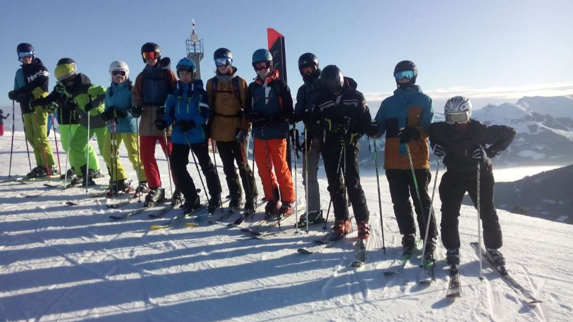 Skikursgruppe in Pose